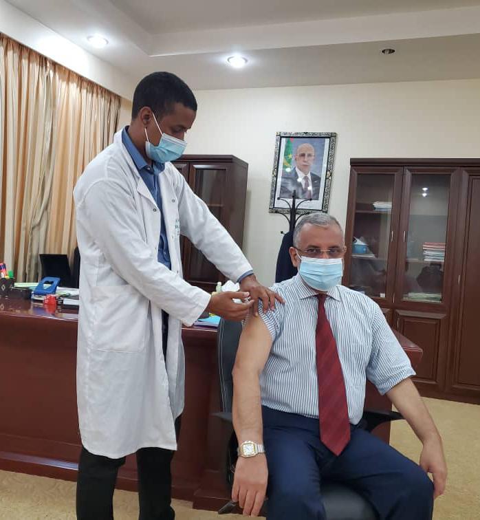 رئيس المنطقة الحرة بنواذيبو يأخذ اول جرعة من لقاح ضد فيروس كورونا