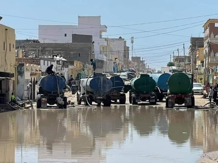 مياه الأمطار تغمر شوارع مدينة نواذيبو والمنطقة الحرة تتدخل