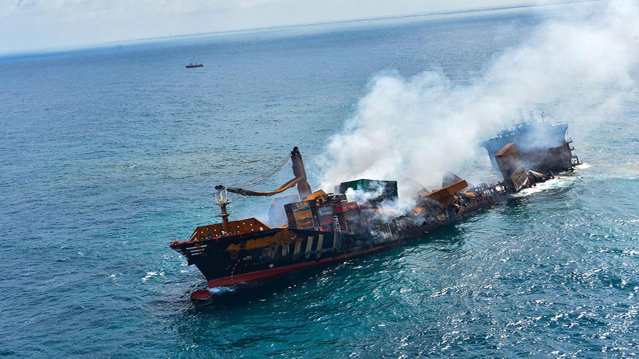 غرق سفينة بحرية بشواطئ داخلة نواذيبو